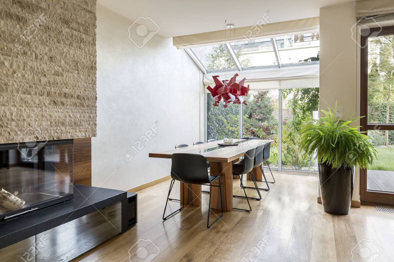 Comedor minimalista con mesa y sillas