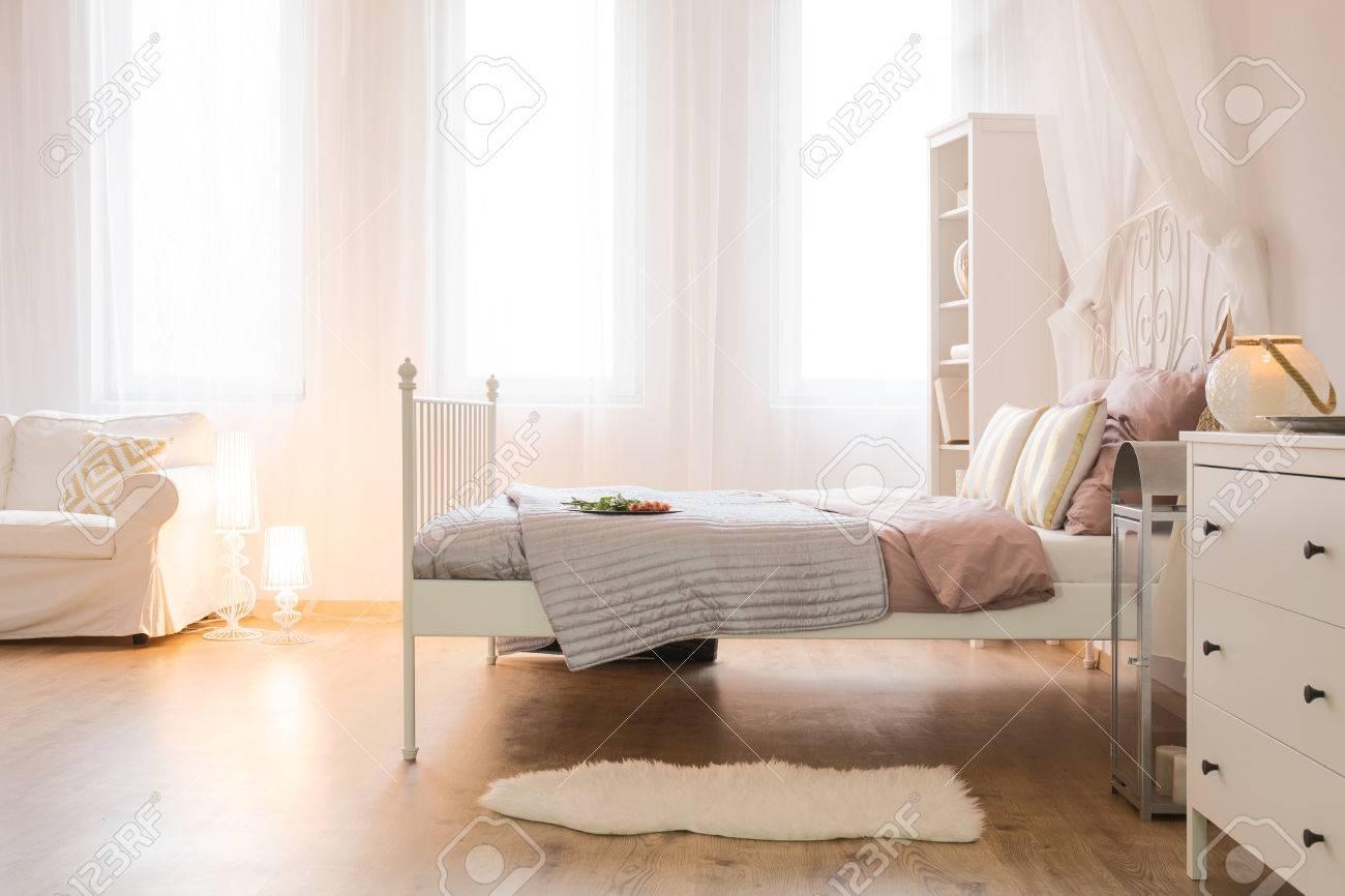 Leichte Wohnkuche Mit Bett Sofa Und Weissen Kommode Lizenzfreie