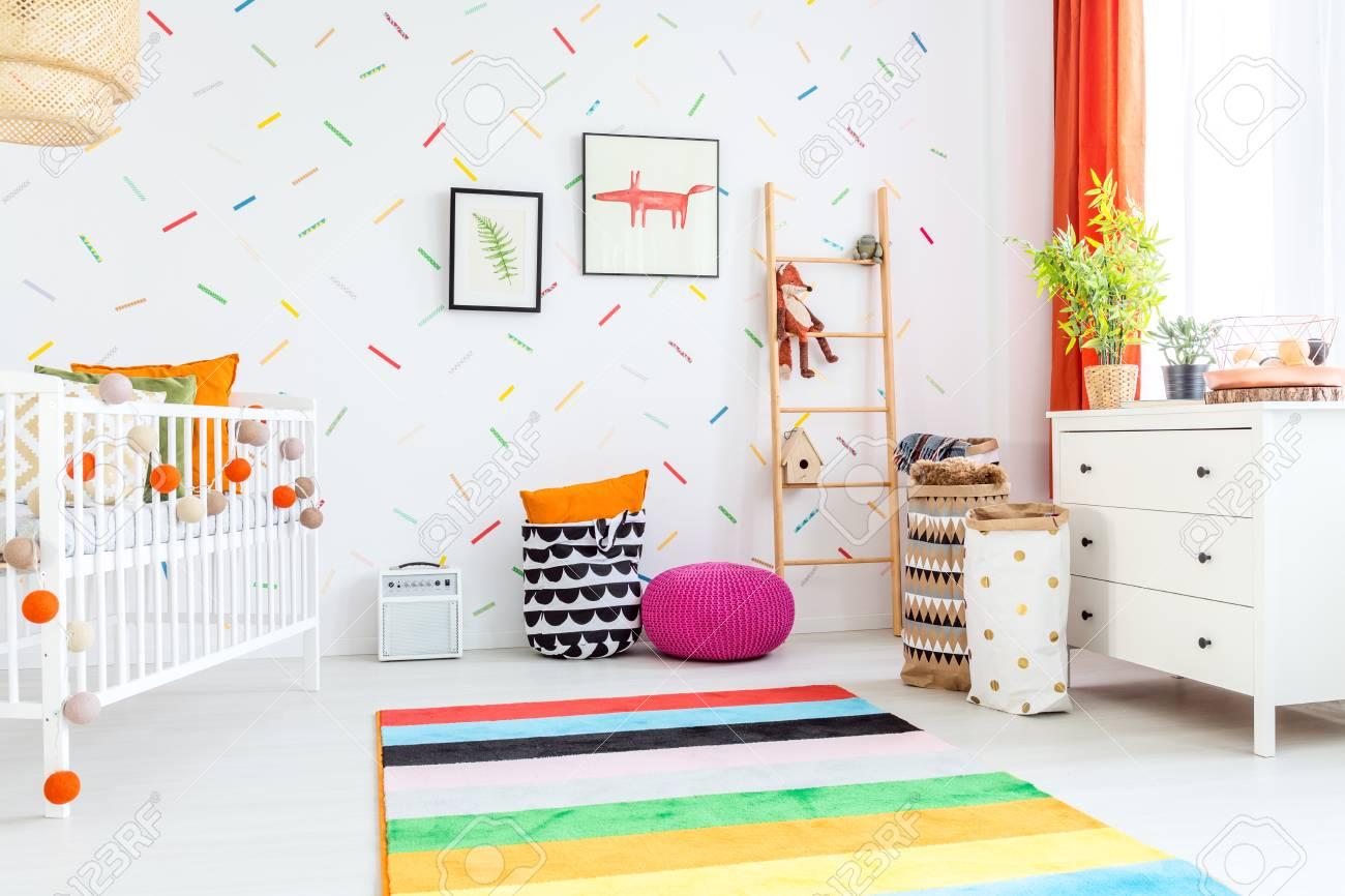 Beeindruckend Teppich Babyzimmer Ideen Von Helles Mit Weißer Kommode Und Buntem Standard-bild