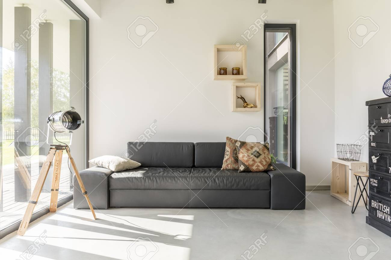 Salón Blanco Con Muebles De Color Negro Y La Ventana Fotos, Retratos ...