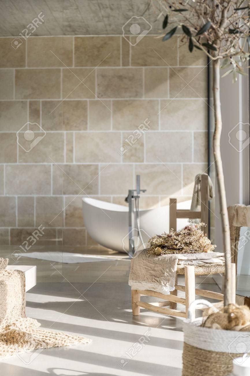 Salle De Bain Avec Bois salle de bains avec baignoire trendy blanc et accessoires décoratifs en bois