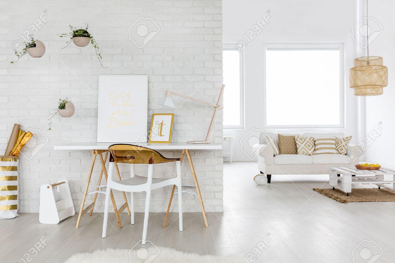 Geraumiges Wohnzimmer Interieur Mit Couch Und Schreibtisch