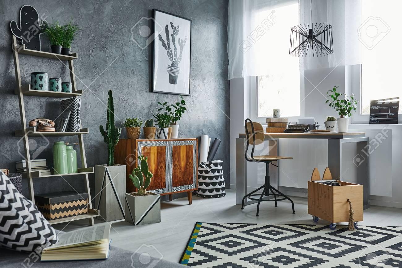 Funktionelle Wohnung In Grau Mit Bücherregal, Schreibtisch Und Stuhl  Standard Bild   68553751