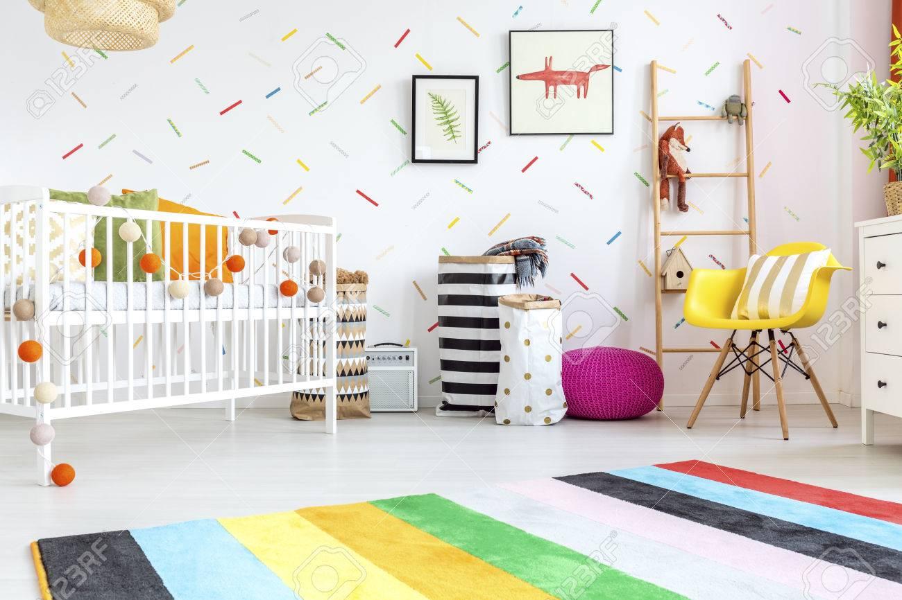 Salle de bébé avec chaise jaune et lit blanc Banque d'images - 68553754