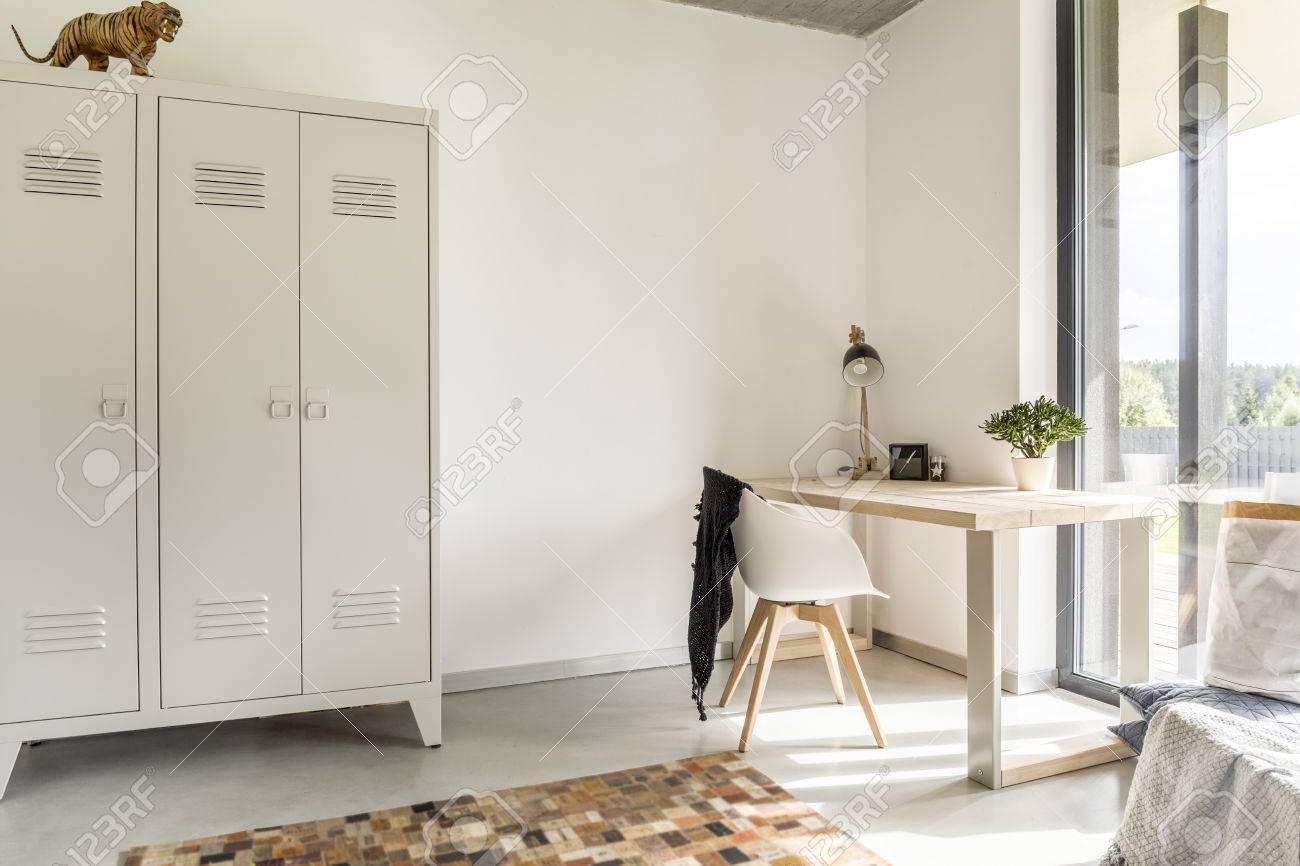Weiß Home Interior Mit Metall Schrank Schreibtisch Und Stuhl