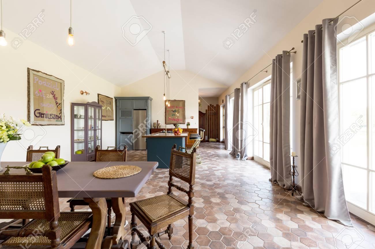Intérieur élégant spacieuse avec salle à manger ouverte et cuisine de  maison moderne
