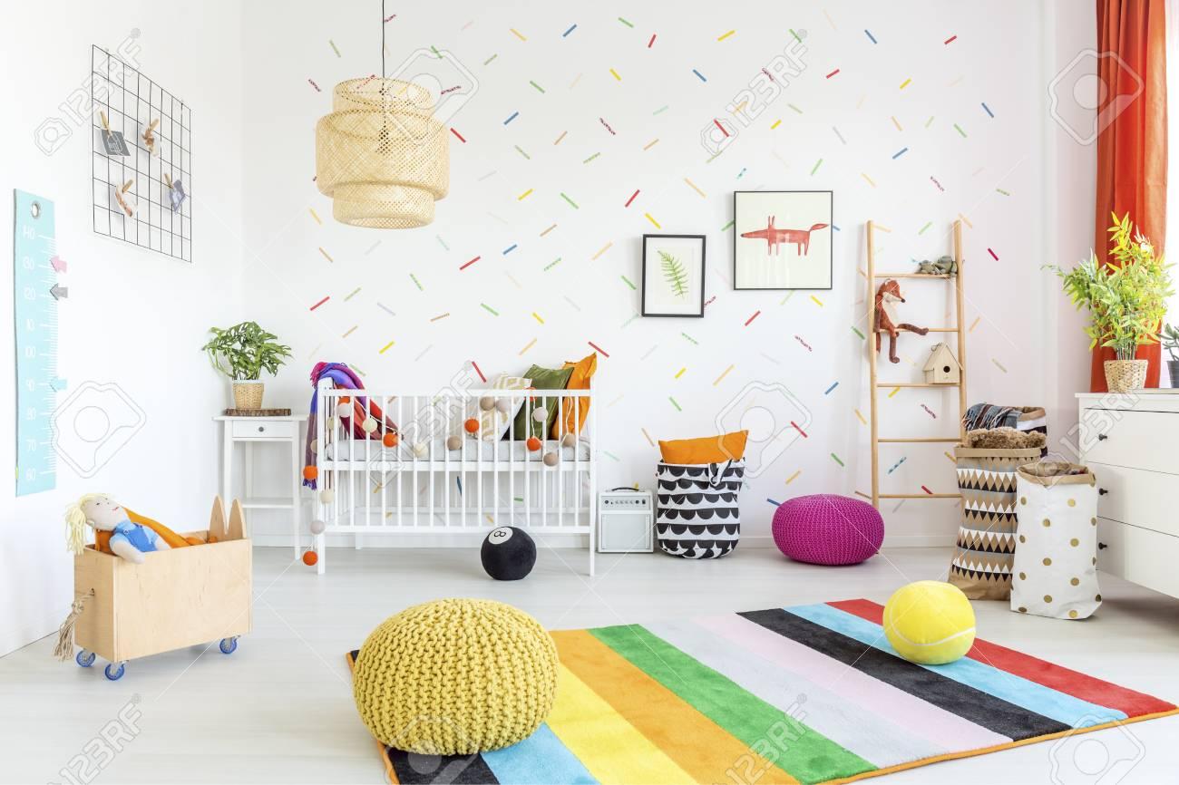 Sitio Del Bebé Con La Pared Blanca Y Muebles De Madera Clara Fotos ...