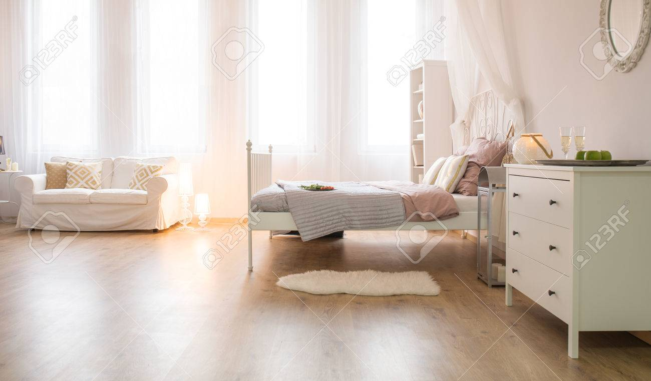 Camere Con Divano Letto : Camera con divano letto finestra e comò bianco foto royalty free