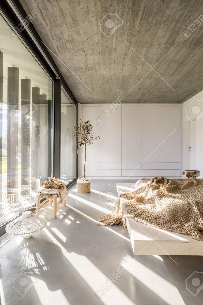 banque dimages chambre lumineuse avec mur de fentres lit et plafond en bois - Lit Plafond