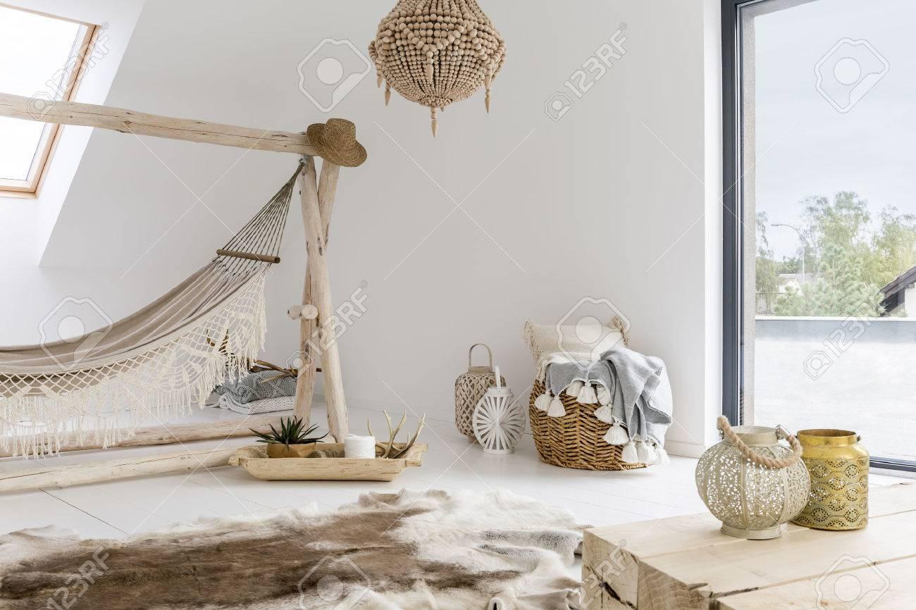 Chambre Blanche Avec Hamac, Fenêtre Et Accessoires En Bois Banque D ...