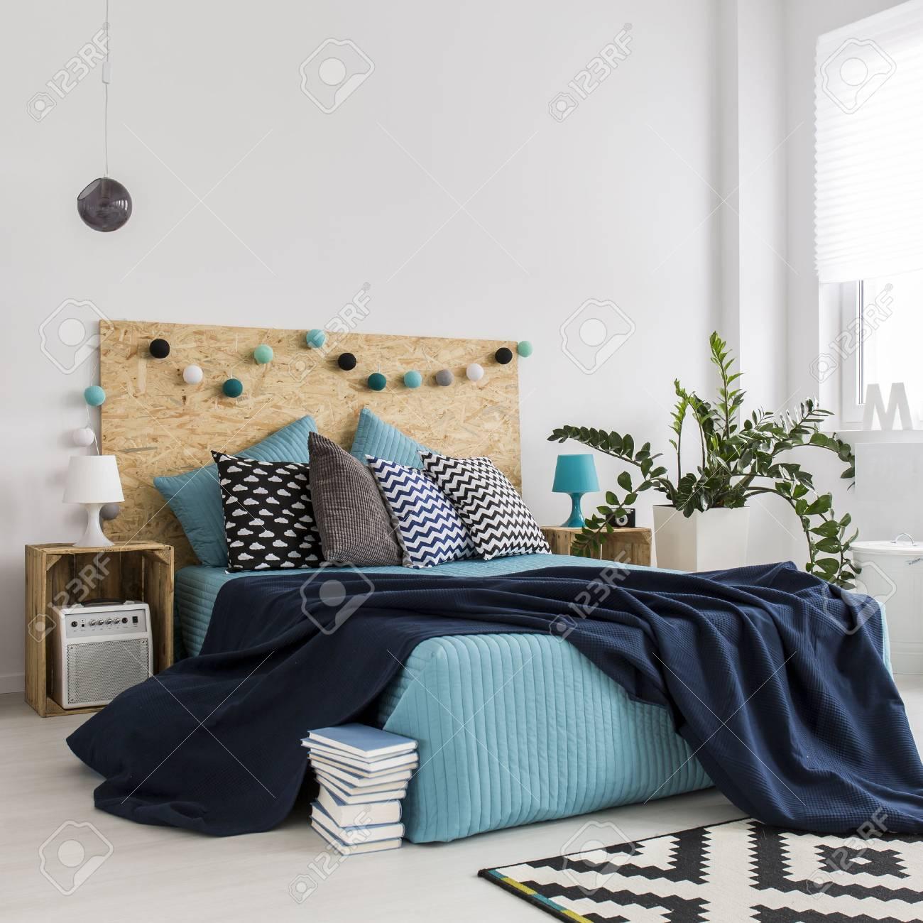 d1bbc8276dce4c Banque d images - Conception de chambre à coucher spacieuse contemporaine  pour jeune couple hipster