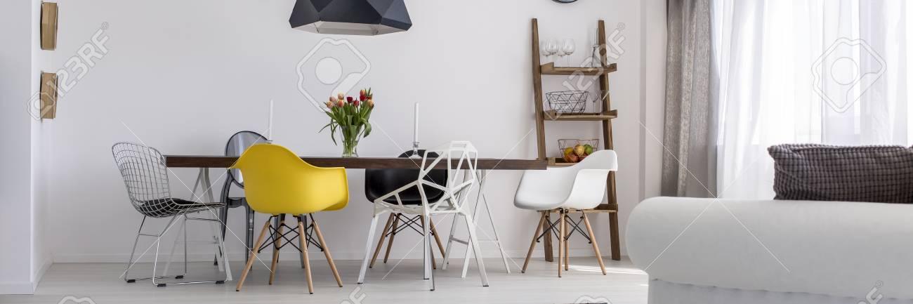 AuBergewohnlich Holztisch Und Verschiedene Stühle Im Modernen Speisesaal Standard Bild    69030431
