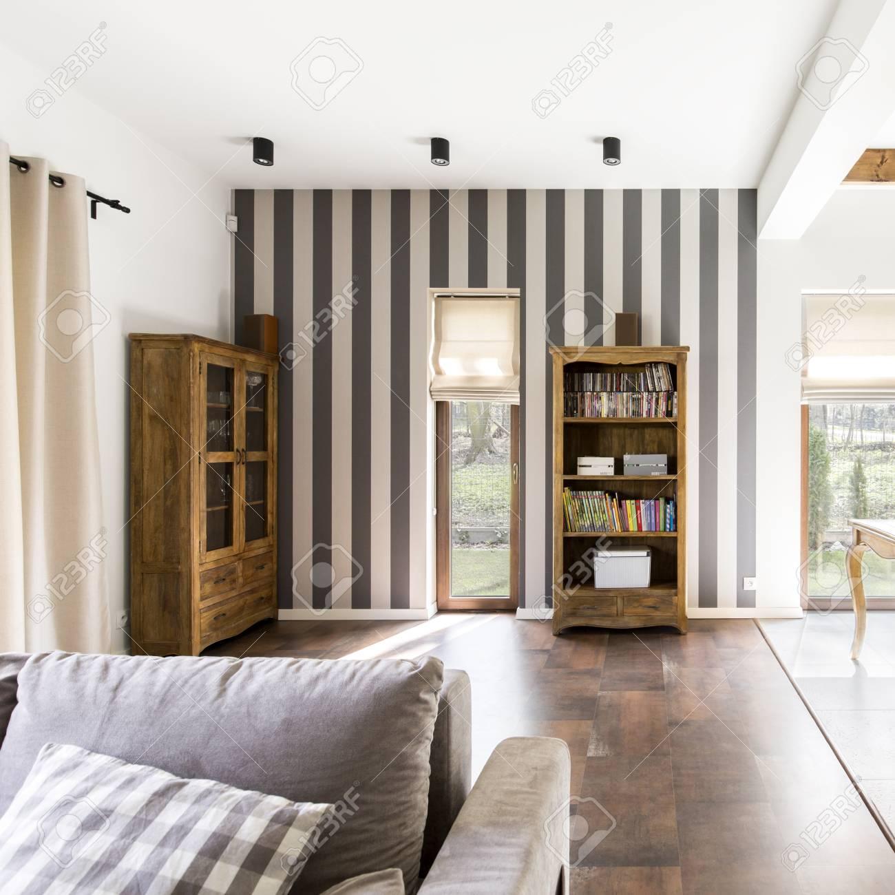 Stilvolle Gemutliche Wohnlandschaft Mit Gestreifter Tapete Sofa Und