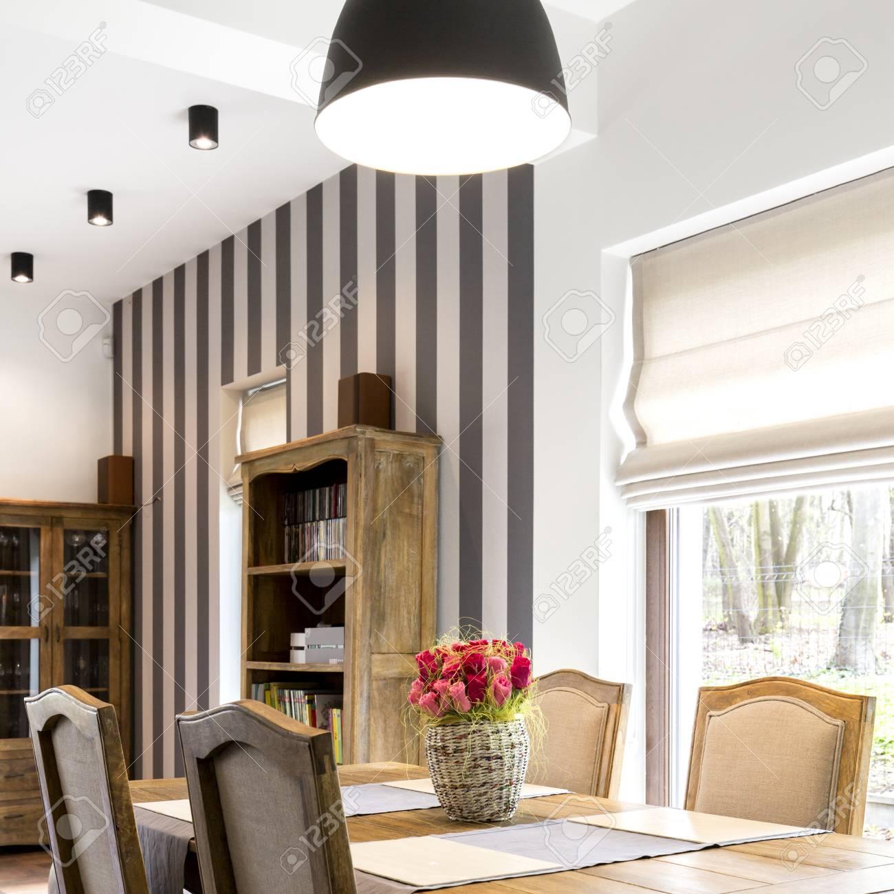 Elegante Sala Da Pranzo Moderna Con Mobili In Legno D\'epoca Foto ...