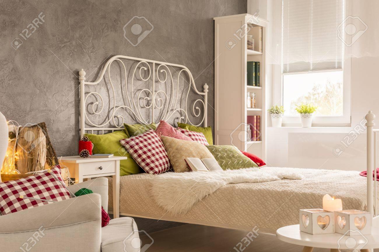 Good Schlafzimmer Mit Beistelltisch, Weißen Bett Und Sessel Standard Bild    69030638