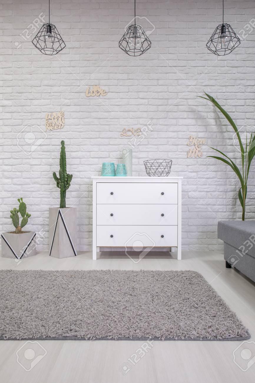 banque dimages intrieur de la maison avec une commode blanc et tapis gris - Tapis Gris Et Blanc