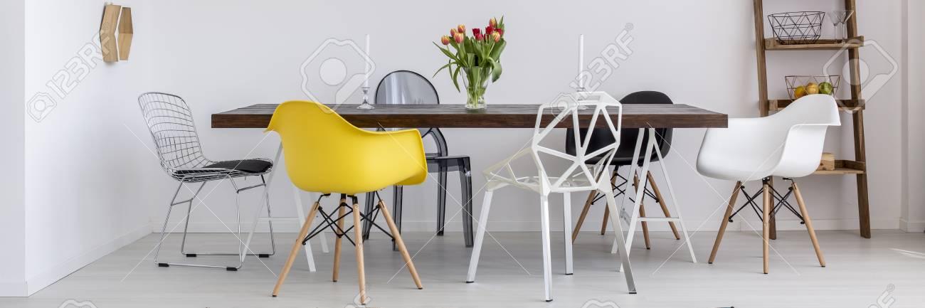 Table En Bois Et Chaises Modernes Dans La Salle A Manger Banque D