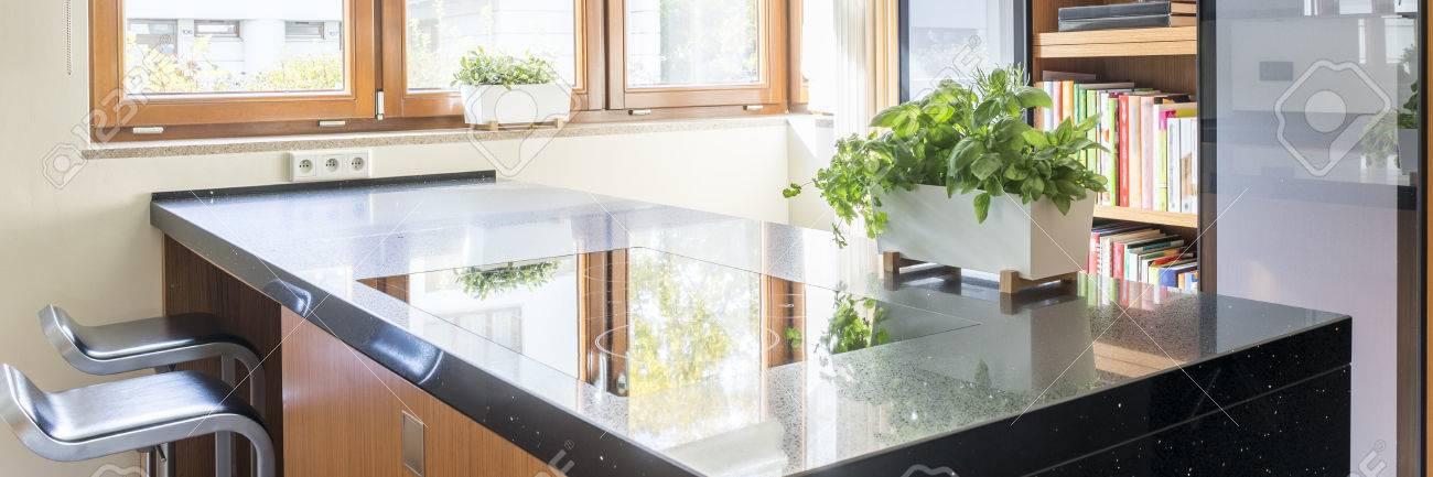 Kücheninsel Mit Dunklem Arbeitsplatte Und Induktionskochfeld ...