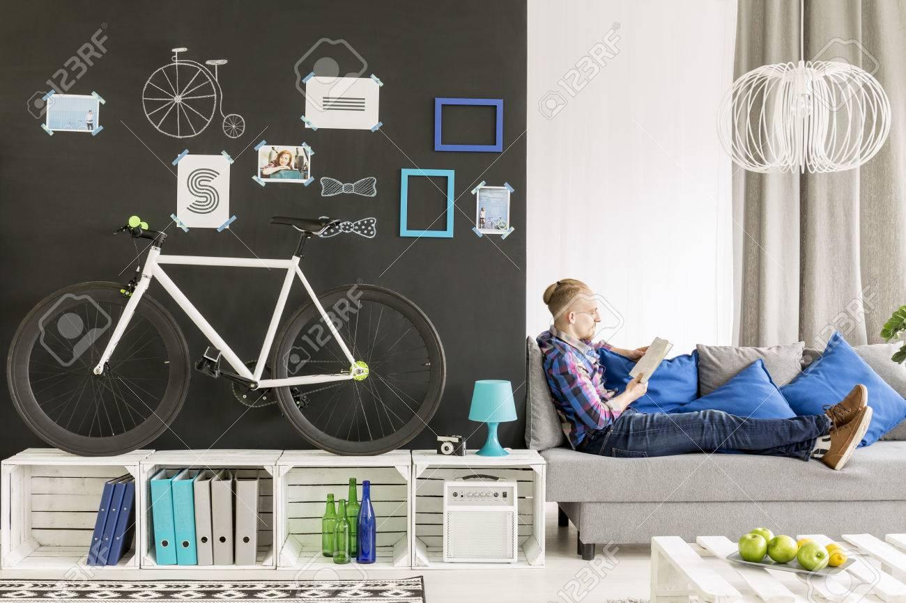 Studentenwohnung Mit Weissen Paletten Mobel Sofa Und Tafel Wand