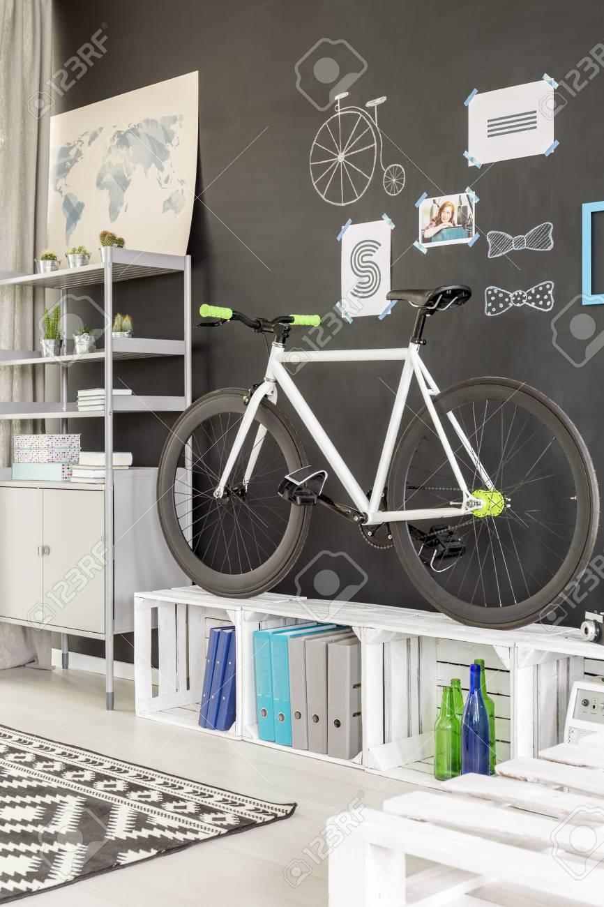 Moderne Weissen Raum Mit Tafel Wand Fahrrad Und Paletten Mobel