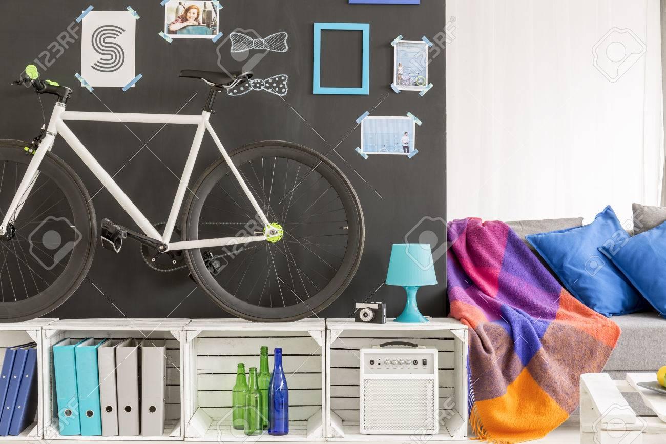 Hipster Raum Mit Tafel Wand Fahrrad Und Paletten Mobel Lizenzfreie