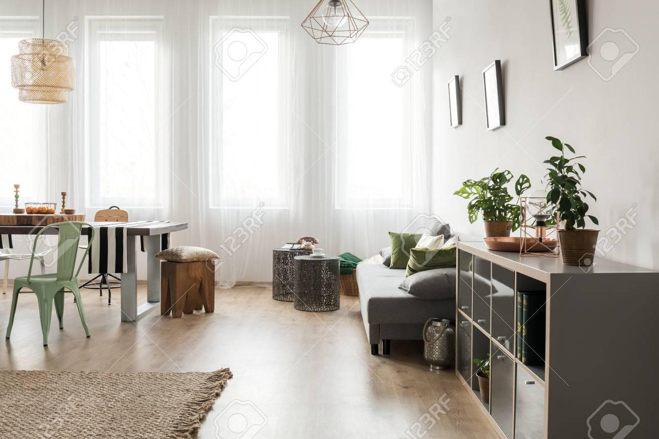 Habitación Luminosa Con Comedor Y Sofá Fotos, Retratos, Imágenes Y ...