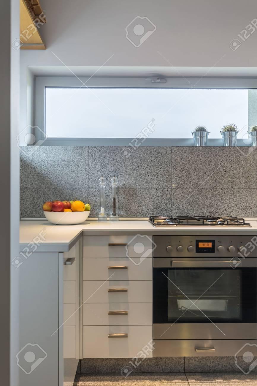 Granitfliesen Innenraum In Einfachen Weißen Küche Mit ...