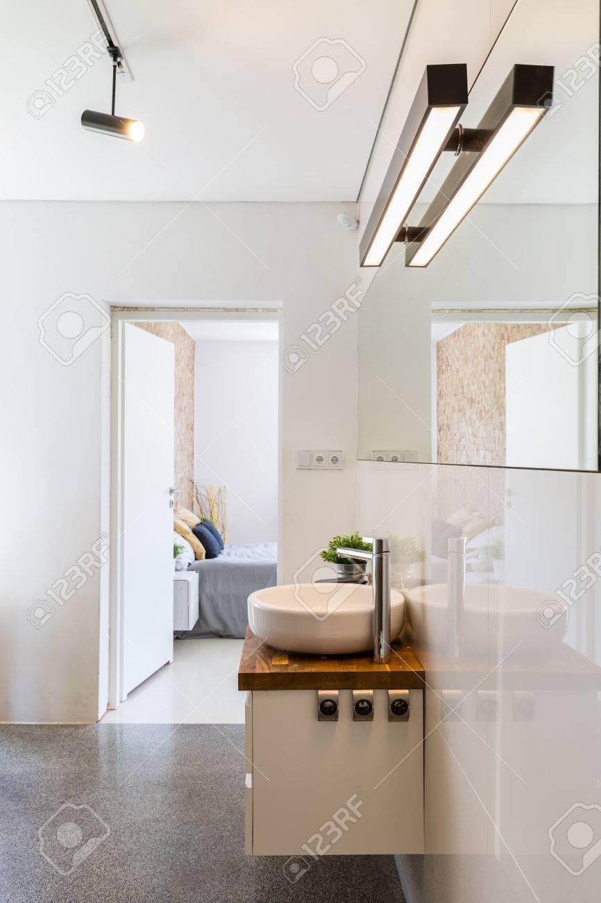 Cuarto De Baño Blanco De Alto Brillo Moderno Con La Iluminación ...