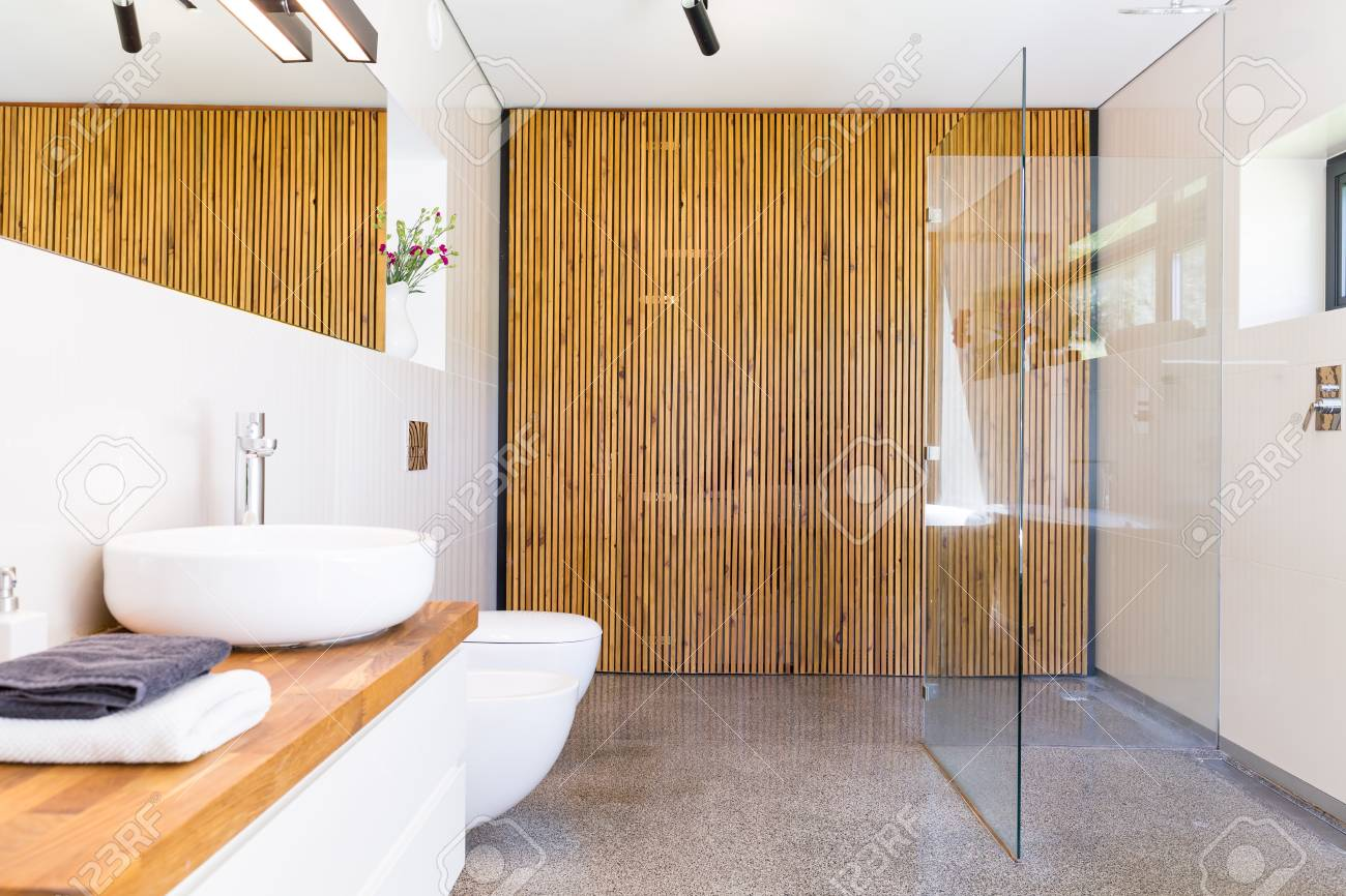 Salle De Bain Lumineuse Et Spacieuse Avec Douche A L Italienne Miroir Plan De Travail En Bois Avec Lavabo Et Separateur Mural En Bois