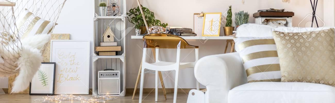 Weiss Raum Mit Sessel Hangematte Schreibtisch Stuhl Und