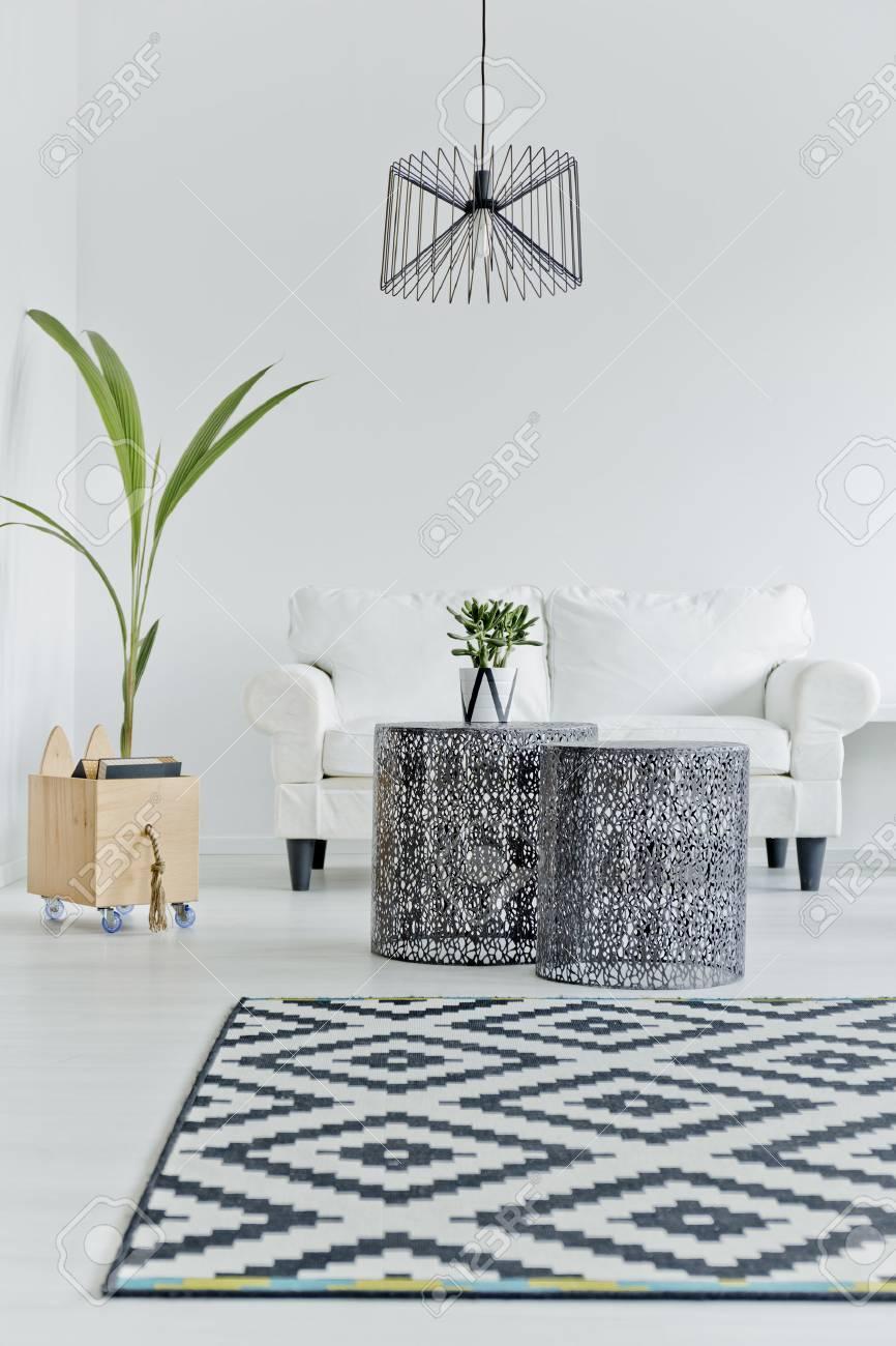 Nordisch Gestaltete Wohnung Mit Weißer Couch Lizenzfreie Fotos ...