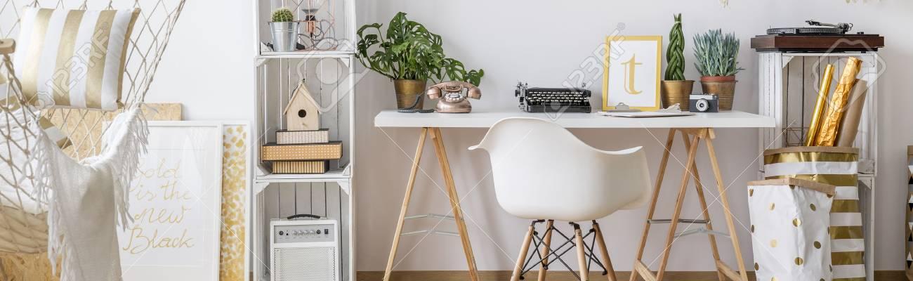 Light Home Office Mit Einfachen Weissen Stuhl Und Schreibtisch