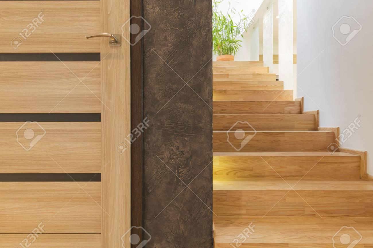 Escalier Simple porte intérieure en bois simple et escalier en bois dans le centre