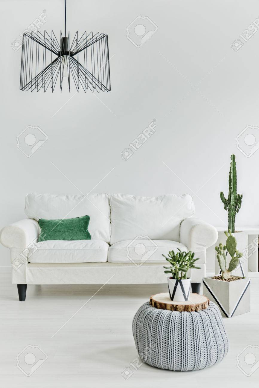 Minimalistic living room with white furniture Standard-Bild - 70228793
