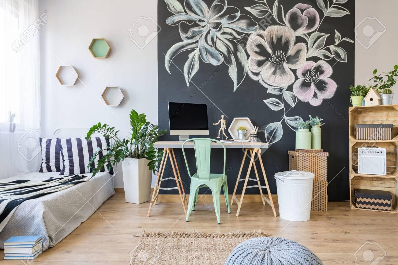 Chambre élégante et élégante avec décoration florale sur un tableau noir