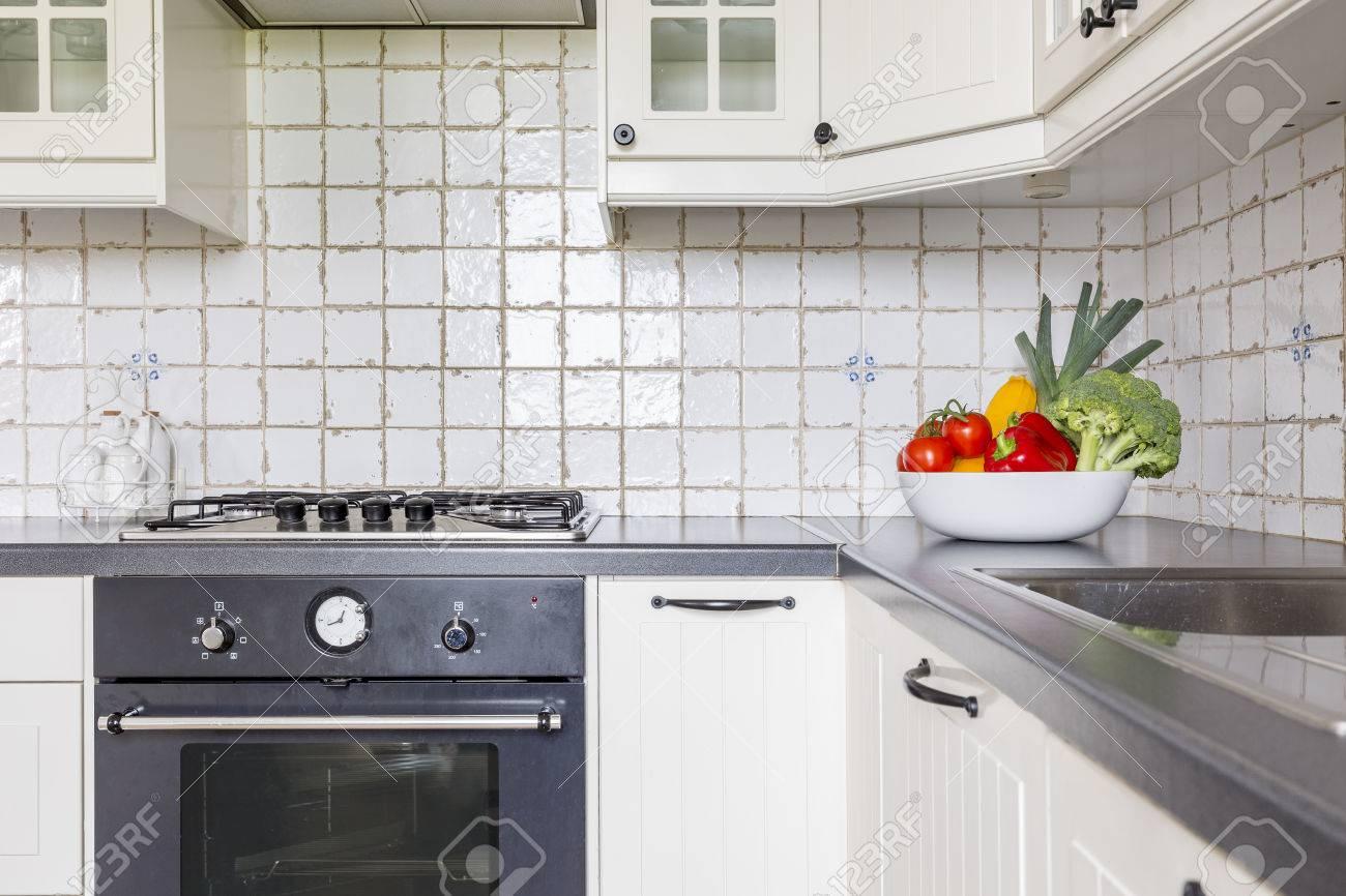 Helle Küche Mit Weißen Einheiten, Stilvollem Ofen Und Einer Schüssel ...