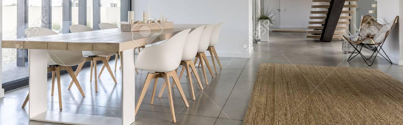 Grande Table A Manger En Bois Dans Une Salle A Manger Moderne Gris