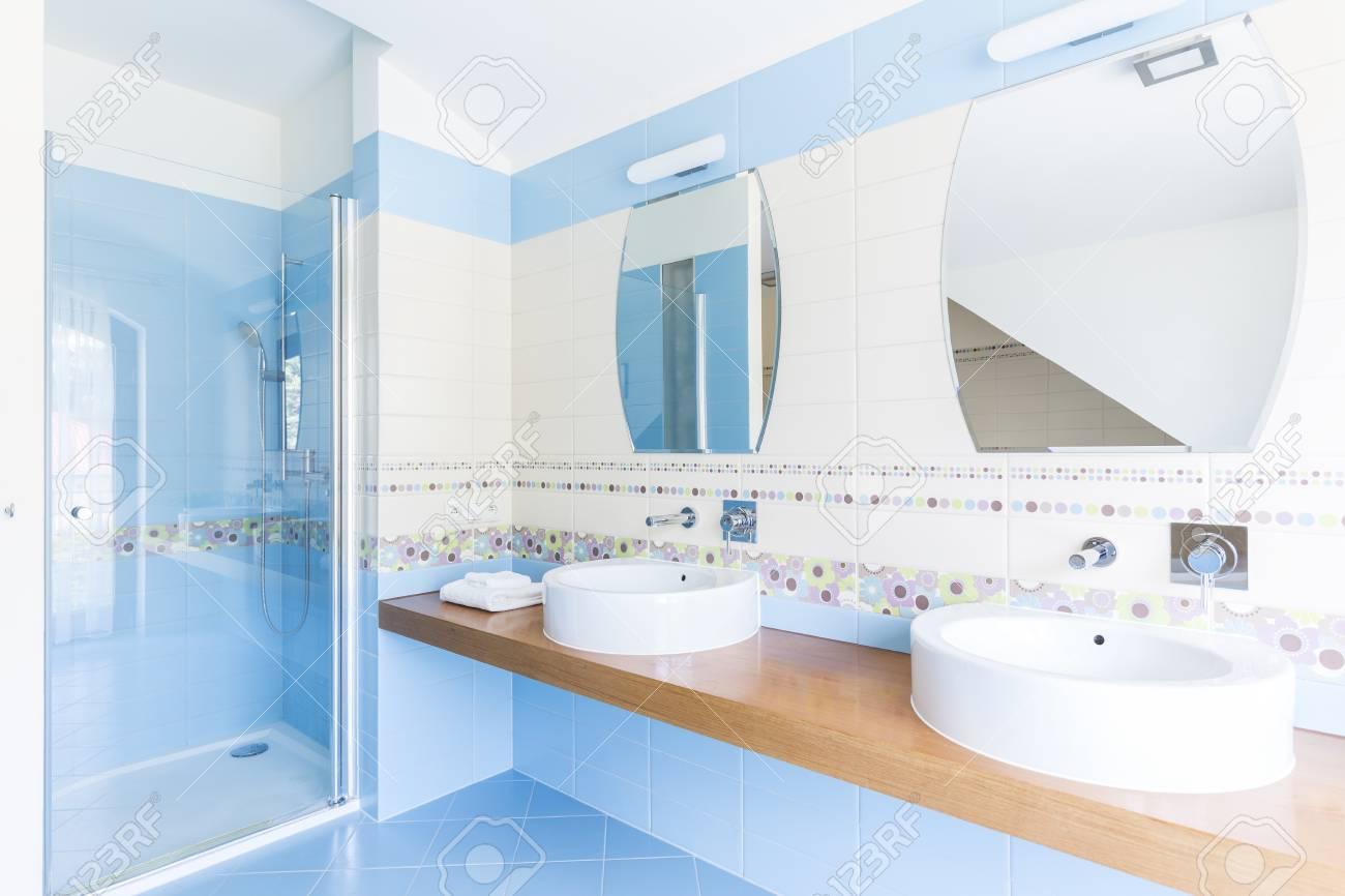 Double Salle De Bain ~ salle de bain bleue avec double vasque miroirs et douche vitr e