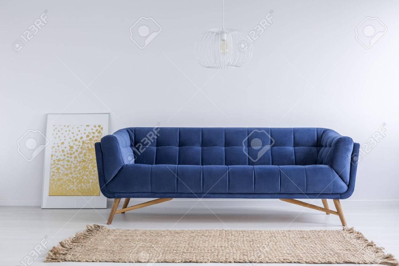 Einfache Weisse Zimmer Mit Blauem Sofa Und Teppich Lizenzfreie Fotos