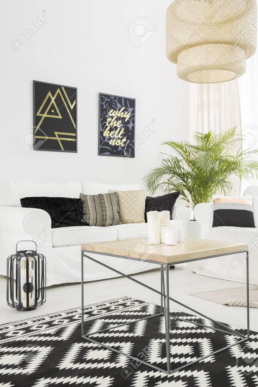 Salon lumineux avec tapis blanc, canapé et motif