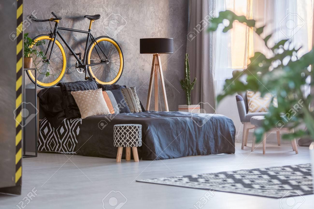 Fesselnd Dunkles Hipster Schlafzimmer Mit Fenster Und Grünpflanze Standard Bild    71340227