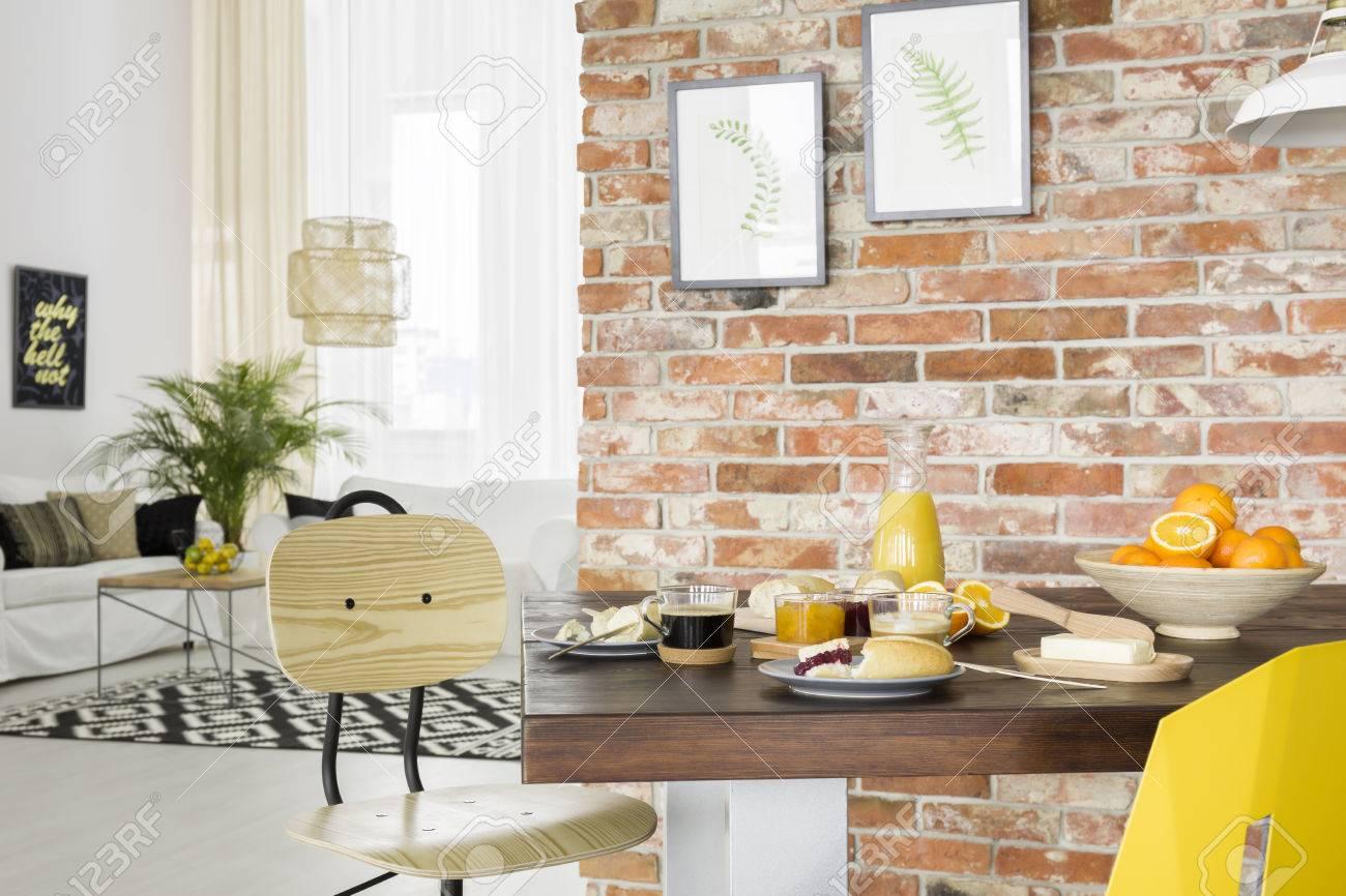 Eetkamer in industriële stijl met houten tafel en stoel royalty