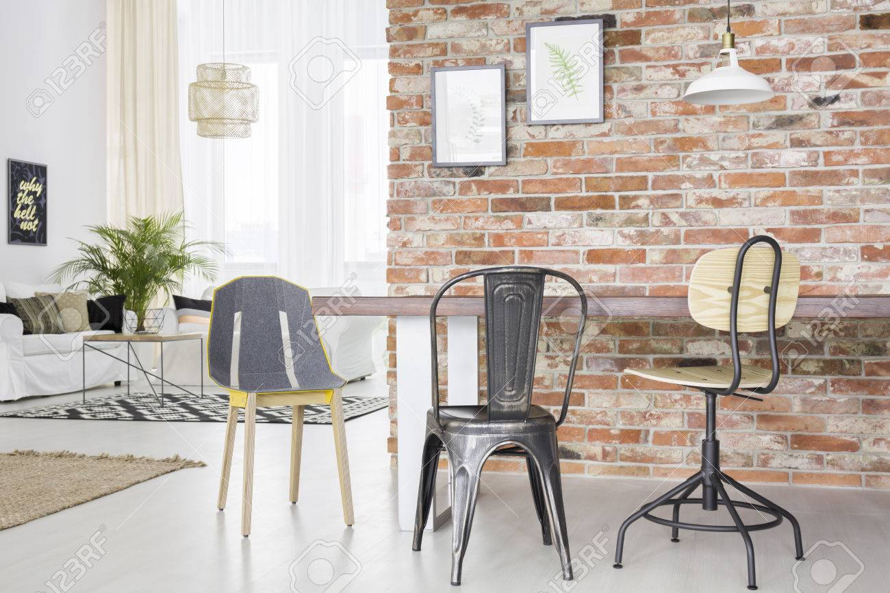 Neuer Loft Interieur Mit Backsteinmauer, Tisch, Stühlen Und Sofa ...