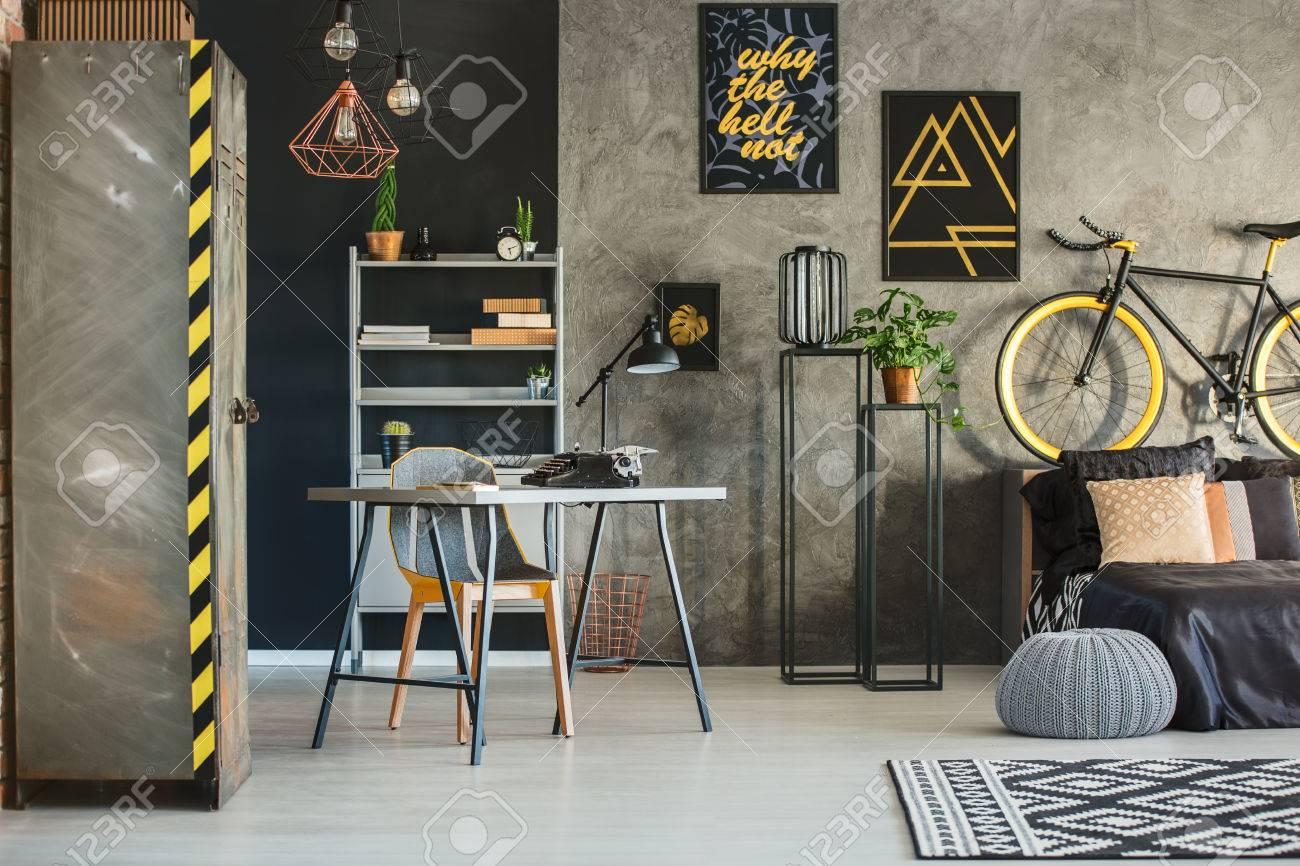 Flat in industriële stijl met bed bureau en metalen kledingkast