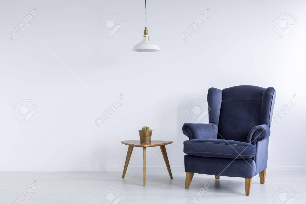 Interior Brillante Con Sillon Azul Lampara De Techo Y Mesa Auxiliar