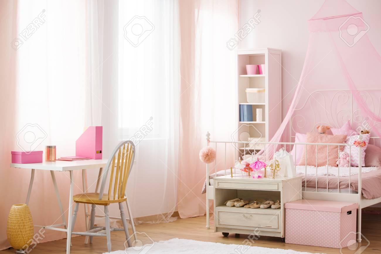 Chambre d enfant avec lit à baldaquin rose chaise et bureau