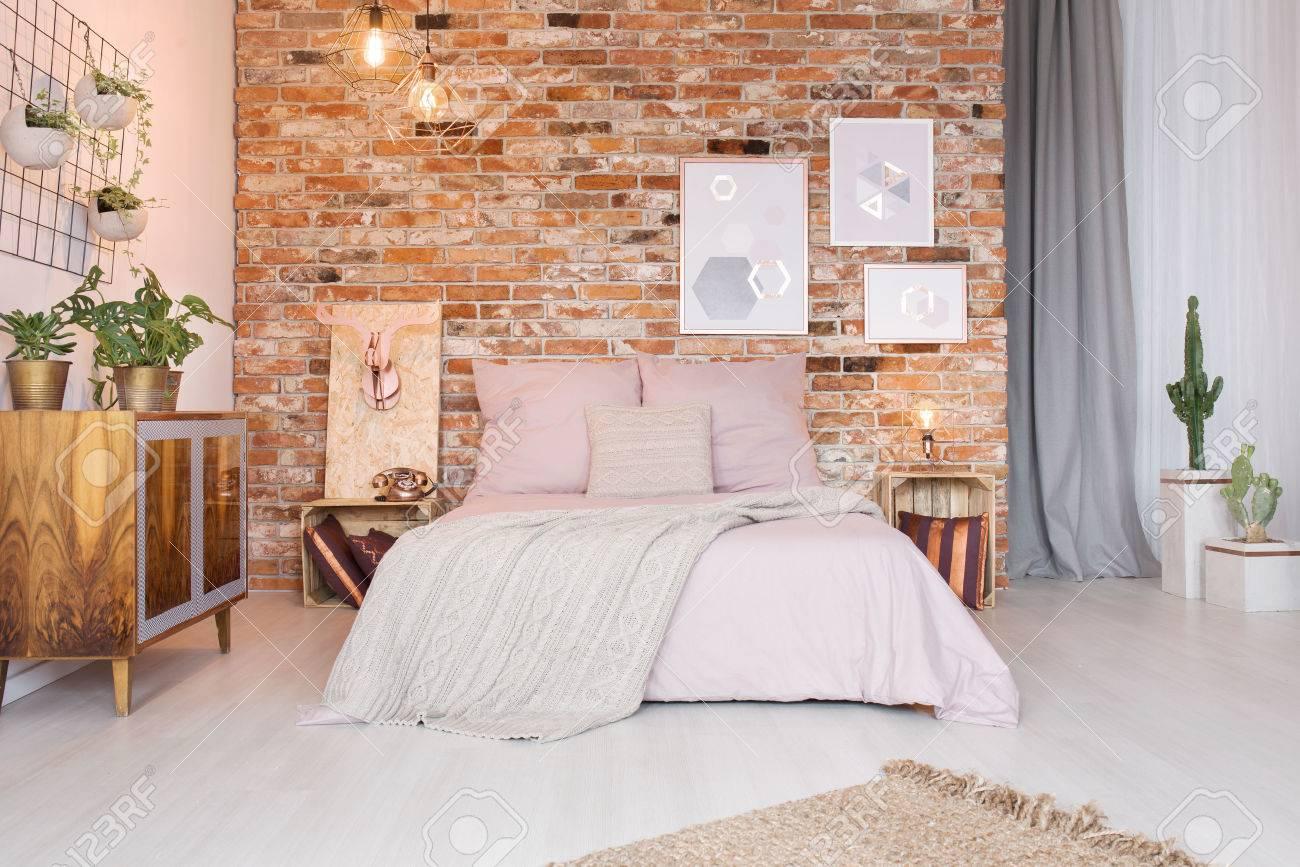 Acogedor Dormitorio Con Cama De Matrimonio Cmoda tnica Y Pared De