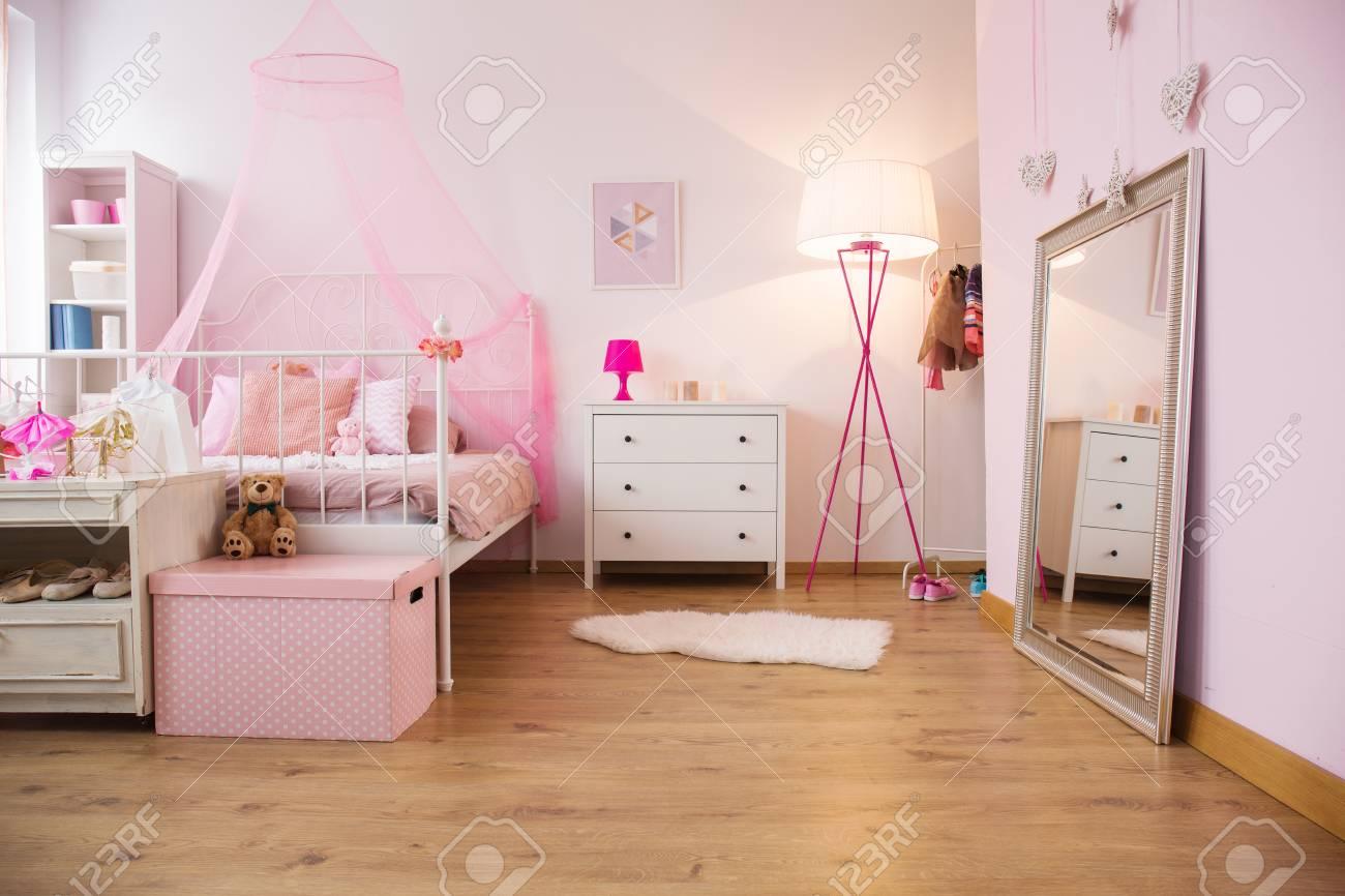 Piccolo appartamento con letto a baldacchino e comò