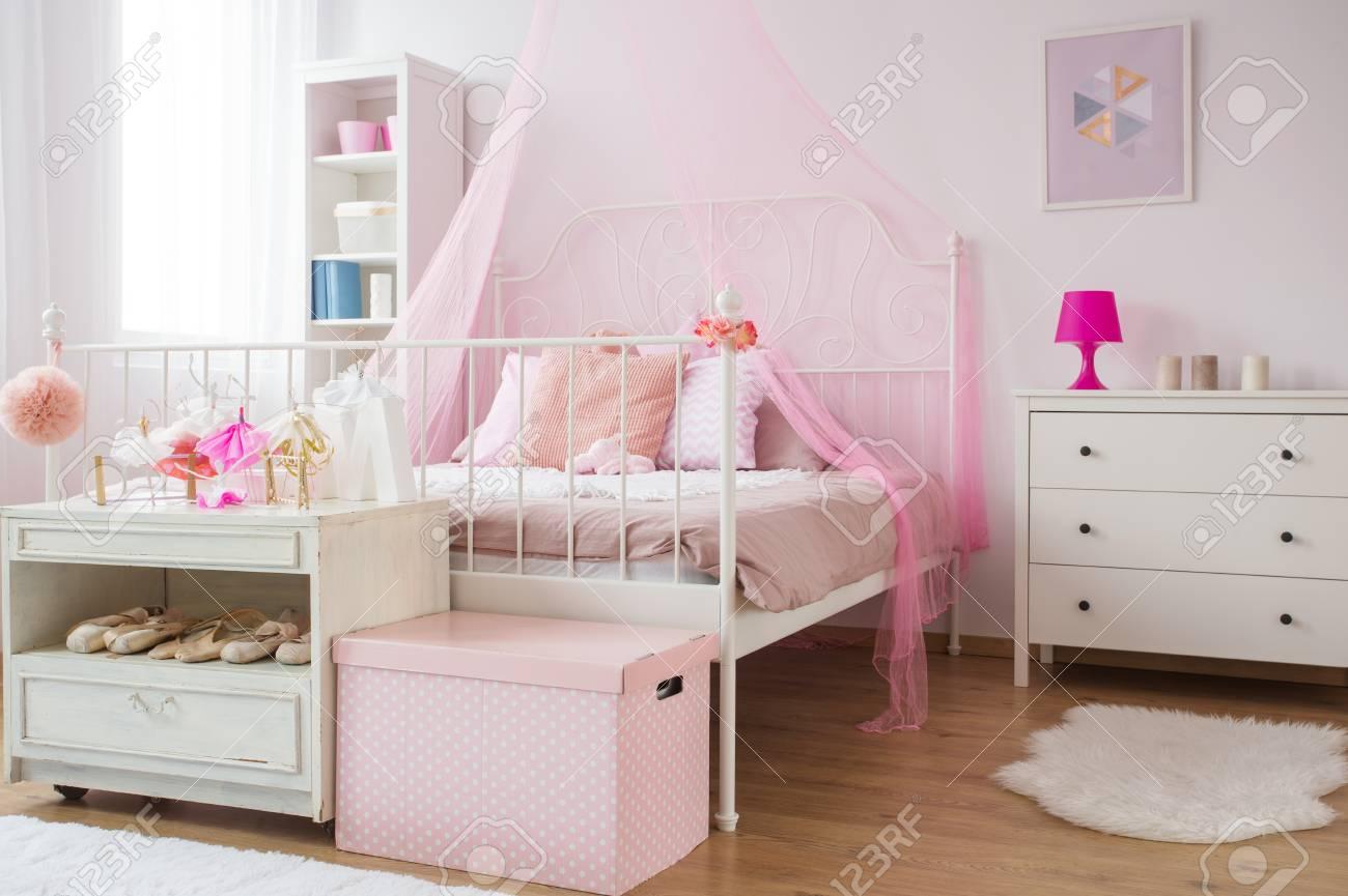 Rosa Und Weisse Prinzessin Schlafzimmer Mit Bett Und Kommode