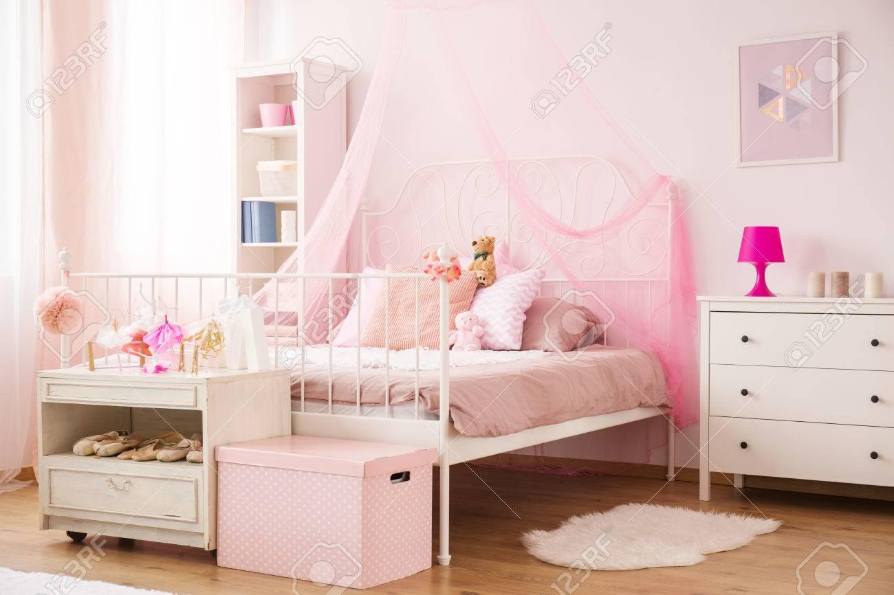 Camera Da Letto Bambino : Accogliente camera da letto bambino in rosa con letto a